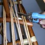 Обрезание концов прутьев сиденья